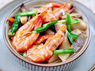 蘑菇海虾汤,鲜美无比的蘑菇海虾汤就出锅咯,鲜掉眉毛木有人管,宝贝一口气喝了一大碗。