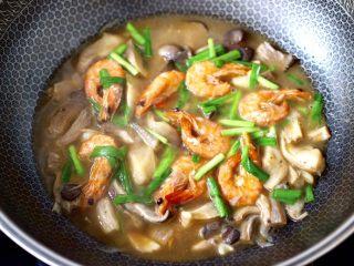 蘑菇海虾汤,看见韭菜段断生变色时,即可关火。