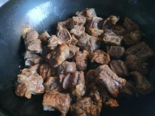 五香酱牛肉,倒入牛肉翻炒。
