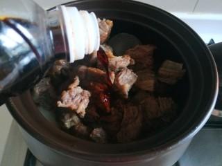 五香酱牛肉,加入料酒。