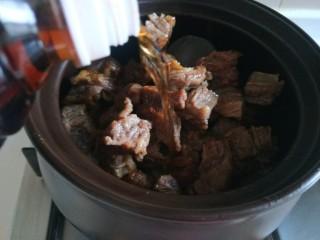 五香酱牛肉,加入酱油。
