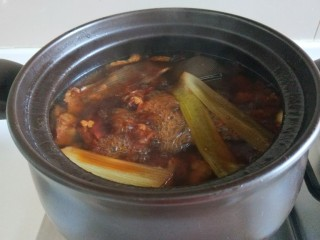 五香酱牛肉,中途打开加入适量盐。