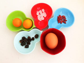 桂圆炖蛋,准备食材:桂圆肉12粒,土鸡蛋,枸杞10粒,冰糖10粒,小金桔2个
