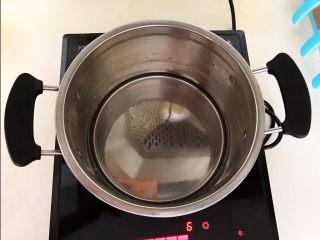 桂圆炖蛋,小汤锅加入冷水
