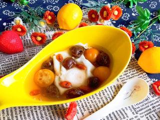 桂圆炖蛋,这是一道营养美味的药膳甜品,可以做早餐或宵夜,非常独特~