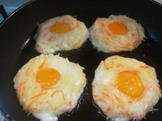 圣诞节🎄儿童土豆鸡蛋饼,煎制底部微黄翻面。