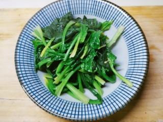 菠菜猪肝粥,捞出 切小段备用