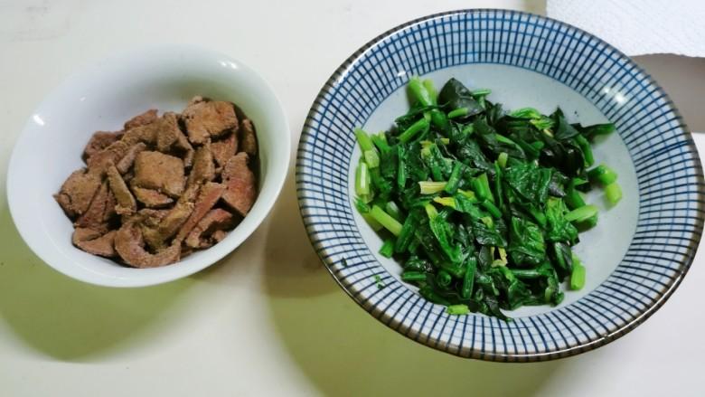 菠菜猪肝粥,猪肝和菠菜都准备好了