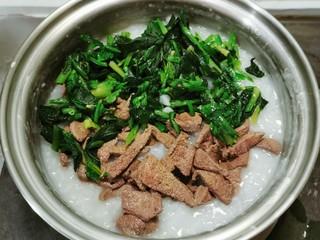 菠菜猪肝粥,菠菜放入米粥 继续熬煮5分钟