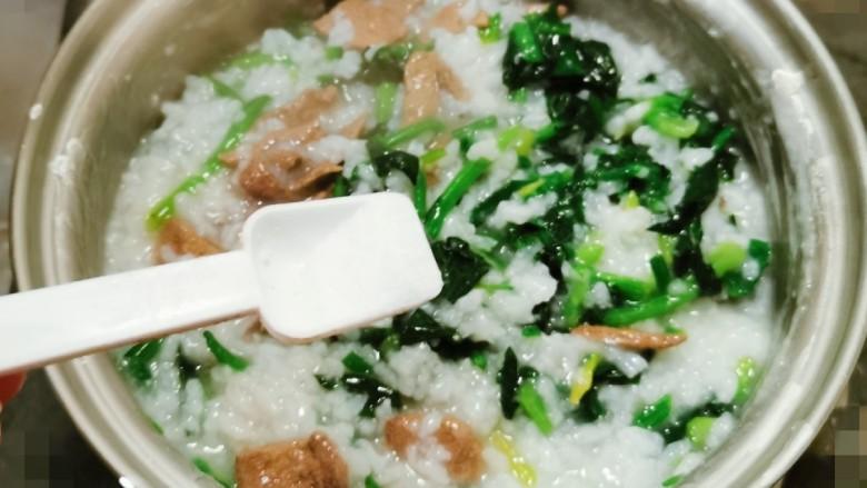 菠菜猪肝粥,放入盐调味  再煮2分钟关火