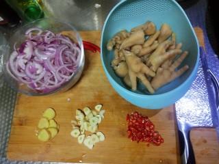 香辣鸡爪,鸡爪焯水,洋葱,姜,蒜,米椒,切好