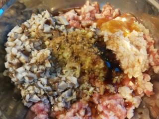 藕夹肉,加入香菇,虾肉,调料粉,香油,老抽,耗油,料酒,花椒油,胡椒粉,盐。