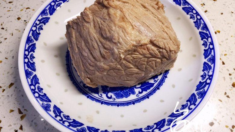 五香酱牛肉,焯水后捞出洗净,沥干水分