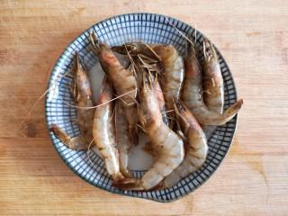菠萝虾仁炒饭,鲜虾洗净。