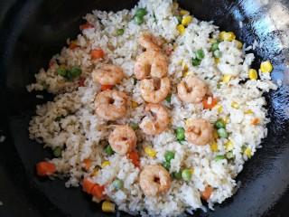 菠萝虾仁炒饭,翻炒均匀后加入炒好的虾仁。