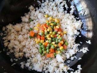 菠萝虾仁炒饭,加入胡萝卜,青豆和甜玉米粒。