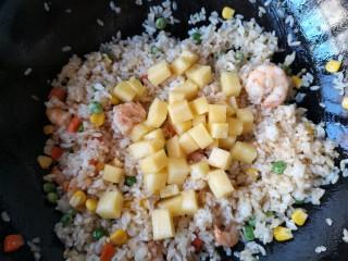 菠萝虾仁炒饭,最后加入菠萝肉。
