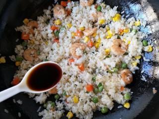 菠萝虾仁炒饭,再加入适量鱼露,翻炒均匀。