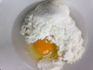 藕夹肉,准备面糊:面粉、盐、鸡蛋一个搅拌均匀即可