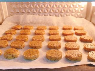 宝石红茶饼干,放入烤箱,烘烤时间大约20分钟,视个人家中烤箱的情况而定,烘烤时越薄越容易熟,也更快上色,需要特别留意。