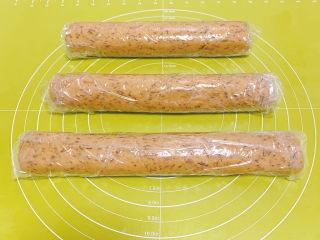 宝石红茶饼干,将面团分为2-3等份后塑形包上保鲜膜,粗细、形状随个人喜好,可粗可细、可方可圆可异形。