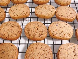 宝石红茶饼干,表面呈现金黄色后取出放凉。