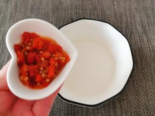 酸辣萝卜条,制作碗汁 小碗里面放入白醋  放入剁椒