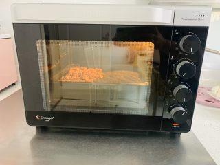 雨花石黑芝麻汤团,长帝烤箱上下火130度,烤盘放入中层,低温烘烤5分钟,5分钟结束后给核桃、黑芝麻翻拌一下,让其受热更均匀。再次烘烤5分钟。