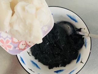 雨花石黑芝麻汤团,搅打好的黑芝麻糊加入猪油。