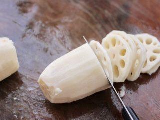 藕夹肉,把藕去皮后洗净,用刀把藕切成薄薄的连刀片。