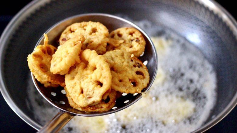 藕夹肉,把炸好的藕盒捞出沥干油分就可以了。