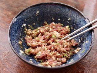 藕夹肉,把所有的食材顺时针方向搅拌均匀。