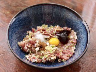藕夹肉,把剁碎的猪肉馅放入碗里,加入鹌鹑蛋和料酒,适量的盐和花椒粉,再加入蚝油和鸡精。
