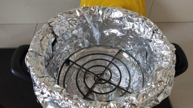 砂锅版烤鸡翅,另取一张锡纸交叉放置锅内,放入烤架。