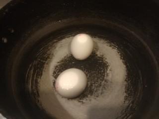 桂圆炖蛋,冷水入锅烧开,煮五分钟关火。