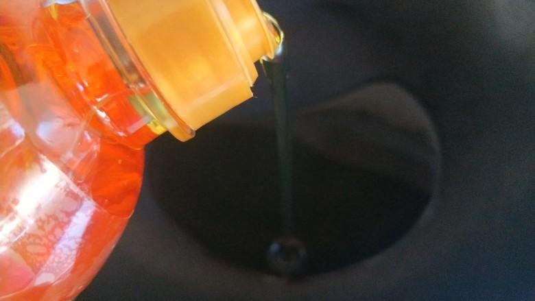 炸南瓜条,锅中倒入适量油烧七成热。