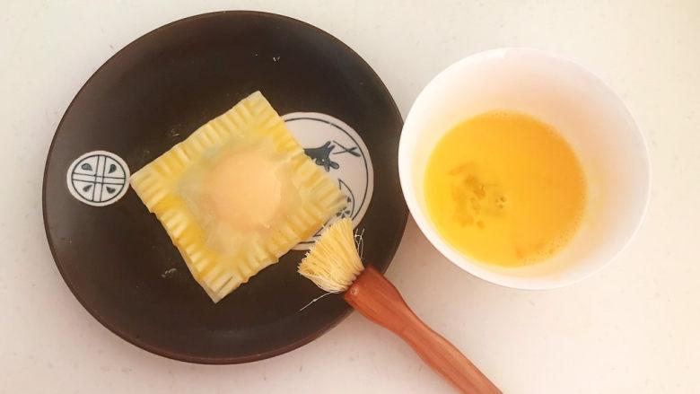 蛋黄派,再均匀的刷一层鸡蛋液