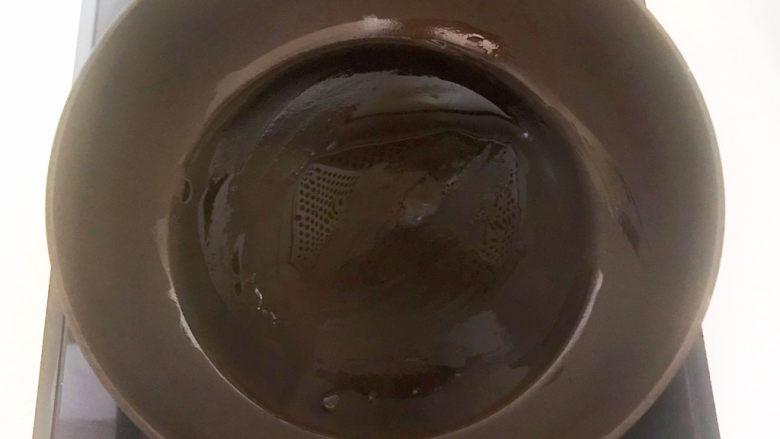 蛋黄派,炒锅烧热后刷一层玉米油