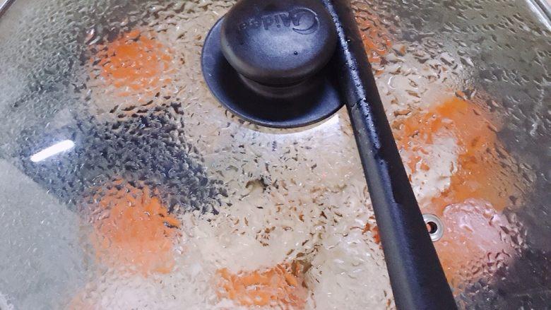 莲藕炒肉片,加点开水焖一会儿。