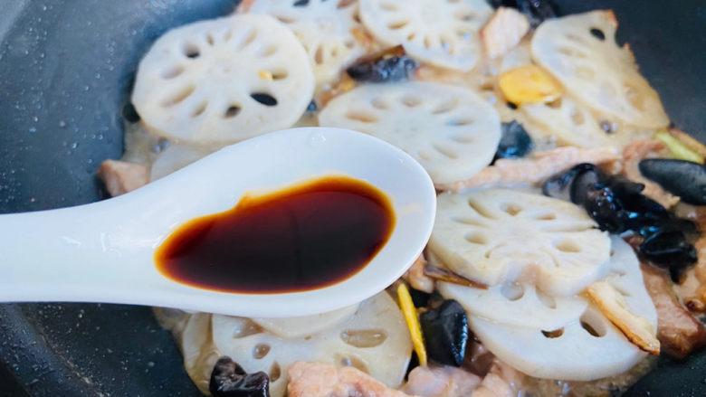 莲藕炒肉片,烹入一勺生抽提色