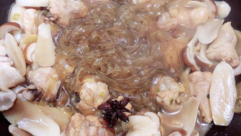 小鸡炖蘑菇粉条,大约七分钟后,汤汁减少了,被吸入宽粉中,宽粉已熟。
