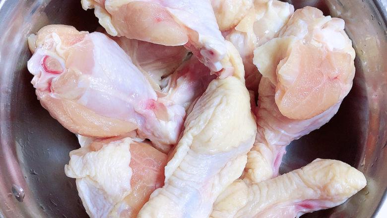 小鸡炖蘑菇粉条,准备好<a style='color:red;display:inline-block;' href='/shicai/ 4758'>鸡翅根</a>、剁成两段洗净待用。