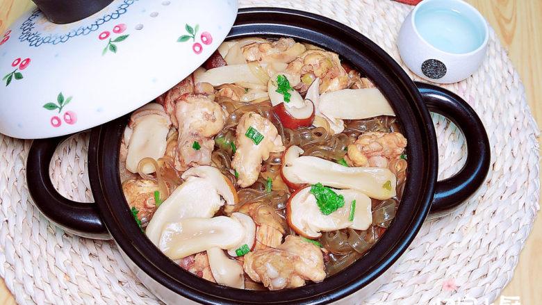 小鸡炖蘑菇粉条,配上一碗米饭,满满的幸福感!