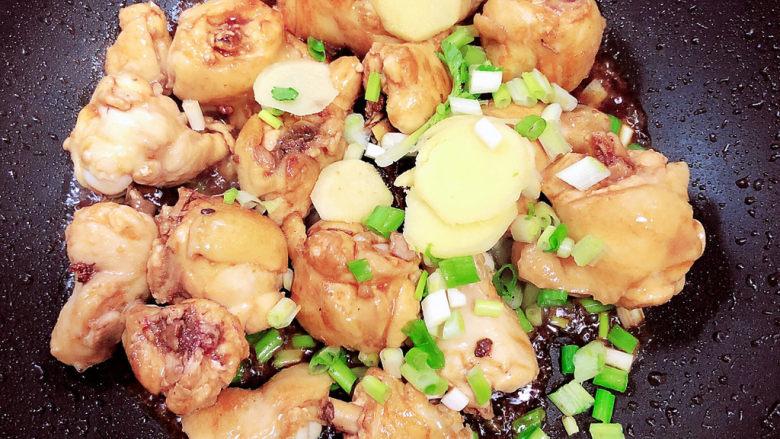 小鸡炖蘑菇粉条,鸡翅根上色后,放入葱姜爆香。