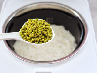 绿豆红薯饭,再加入浸泡好的绿豆。