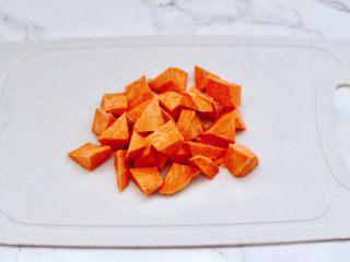 绿豆红薯饭,红薯去皮后洗净,用刀切成滚刀块。