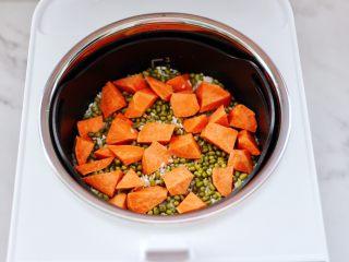 绿豆红薯饭,看见所有的食材都备齐后。
