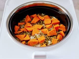 绿豆红薯饭,绿豆红薯饭蒸好了,比其它电饭煲快了快一半的节奏。
