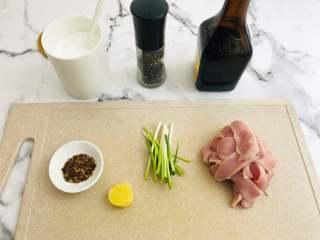 油炸酥肉,首先咱们挑选猪里脊。将猪肉洗干净后,切两毫米左右的厚度的片状。准备好材料,生姜切片,葱冲洗干净后,切段。花椒面也可以用花椒粉来替代。生抽,黑胡椒和盐。