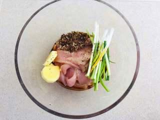油炸酥肉,将生姜、葱段、花椒面、肉片放到碗中。加入适量的黑胡椒和盐、生抽和水。也可以放少许的料酒。抓顺时针抓匀后腌制15分钟